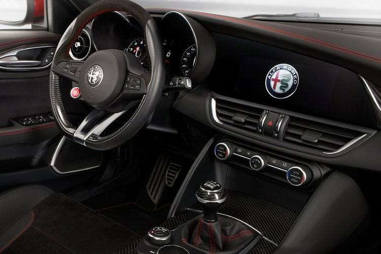 Alfa Romeo Giulia Saloon 2.0 T 200PS Lusso Ti 4Dr Auto [Start Stop] [Driver Assistance Plus] inside view